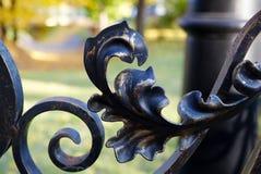 伪造的篱芭关闭  在篱芭后是公园,路灯柱,桥梁 莫斯科 库存图片