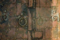 伪造的老生锈的铁门 免版税库存照片