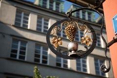 伪造的葡萄 金属装饰的华丽wrought-iron元素在房子的在城市 库存图片