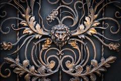 伪造的金属制品的片段 狮子,特写镜头 库存照片