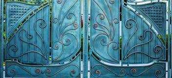 伪造的铁门的结构和装饰品 免版税库存图片