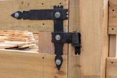 伪造的铰链 在篱芭大农场样式的伪造的铰链 图库摄影