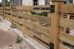伪造的铰链 在篱芭大农场样式的伪造的铰链 库存图片