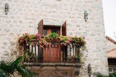 伪造的阳台在一个老房子里 巴尔干建筑学 库存图片