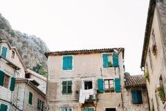 伪造的阳台在一个老房子里 巴尔干建筑学 免版税库存图片