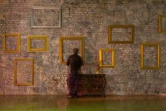 在砖墙上的空的画框 免版税库存照片