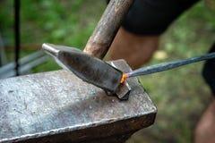 伪造,铁匠与发嗡嗡声的东西一起使用,高热金属-图象 库存图片