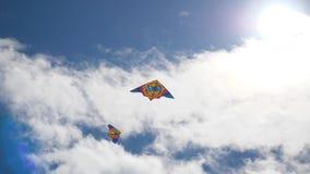 伯克利节日风筝风筝天空 飞行在蓝天的五颜六色的风筝 在蓝天飞行风筝下 股票视频