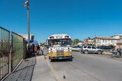 伯利兹- 2017年11月17日:与地方公共交通工具的伯利兹市都市风景 教练和公共汽车 免版税库存照片