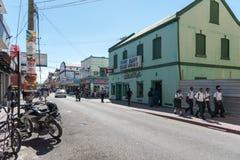 伯利兹- 2017年11月17日:与当地人民和交通的伯利兹市都市风景 图库摄影