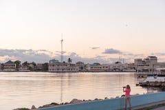 伯利兹- 2017年11月17日:与旅游采取的日落照片的伯利兹都市风景 免版税库存图片