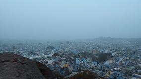 伯宰乔德普尔城有薄雾的冬天早晨摇摄射击的拉贾斯坦印度蓝色ariel视图  股票录像