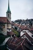 伯尔尼中世纪瑞士镇有一座钟楼的在日落 免版税库存图片