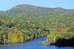 伯尔尼卡罗来纳州狄克逊乔治房子新的北部w 与哈得逊河和熊山桥梁, NY的珀金斯纪念驱动 免版税库存图片