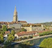 伯尔尼大教堂和河旁边老城市(伯纳MÃ ¼ nster)从伯尔尼 瑞士 库存照片