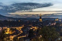 伯尔尼美好的夜视图  库存图片