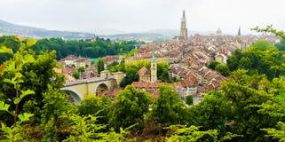 伯尔尼老镇全景视图从山上面的在玫瑰园, rosengarten,伯尔尼小行政区,瑞士,欧洲的首都 免版税库存图片