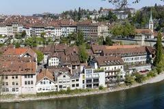 伯尔尼老镇由Aare河的 库存图片