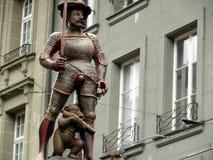 伯尔尼,瑞士 08/02/2009 与寻找步枪的熊纪念碑 免版税库存照片