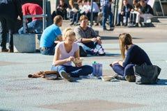 伯尔尼,瑞士- 2017年10月17日:一个小组学生是ha 免版税库存图片