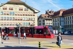伯尔尼,瑞士- 2017年10月17日:在st的现代城市电车 库存照片