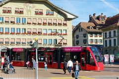 伯尔尼,瑞士- 2017年10月17日:在st的现代城市电车 免版税库存照片