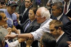 伯尼・桑德斯握手在总统集会,墨德斯托,加州 库存图片