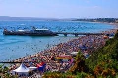 伯恩茅斯海滩-繁忙的老天! 库存图片