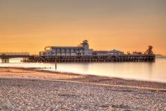 伯恩茅斯码头日出 库存照片