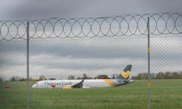 伯明翰国际机场,伯明翰,英国- 2017年10月28日:平面着陆在被包围的机场  库存图片