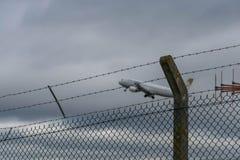 伯明翰国际机场,伯明翰,英国- 2017年10月28日:平面着陆在被包围的机场  免版税库存照片