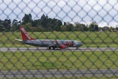 伯明翰国际机场,伯明翰,英国- 2017年10月28日:平面着陆在被包围的机场  免版税图库摄影