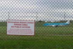 伯明翰国际机场,伯明翰,英国- 2017年10月28日:平面着陆在被包围的机场  库存照片