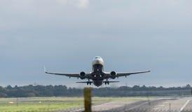 伯明翰国际机场,伯明翰,英国- 2017年10月28日:瑞安航空公司航空公司飞机离开 免版税库存照片