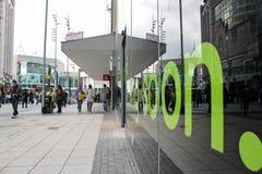 伯明翰斗牛场,一个商店窗口的照片与一则绿色消息的 免版税库存照片