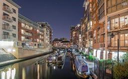 伯明翰运河,在城市在晚上 免版税库存照片