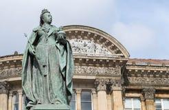 伯明翰,英国, 2017年10月3日, :女王维多利亚雕象在伯明翰,英国,伯明翰市议会在背景中 免版税库存照片