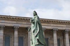 伯明翰,英国, 2017年10月3日, :女王维多利亚雕象在伯明翰,英国,伯明翰市议会在背景中 图库摄影