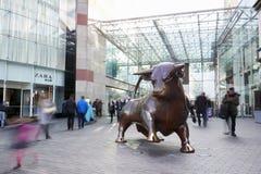 伯明翰,英国- 2016年11月6日:在斗牛场购物中心之外的雕象在伯明翰英国 免版税库存照片