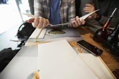 伯明翰,英国- 2016年11月6日:坐在表上的人看Wagamama餐馆菜单 库存照片