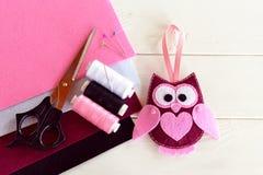 伯根地毛毡猫头鹰 逗人喜爱的儿童玩具 毛毡覆盖,剪刀,螺纹,针,别针-针线包 库存照片