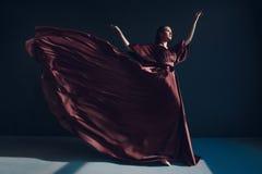 伯根地礼服的年轻典雅的女孩 图库摄影