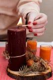 伯根地蜡烛在桌上站立 欢乐构成机智 免版税库存照片