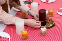 伯根地蜡烛在桌上站立 欢乐构成机智 库存照片