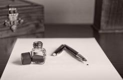 伯根地钢笔、蓝墨水和墨水池在白皮书板料 图库摄影