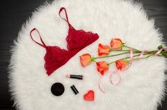 伯根地鞋带围腰 橙色玫瑰和唇膏 时兴的概念 免版税库存照片