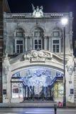 伯灵屯11月13日2014年拱廊购物在Picadilly街,伦敦,装饰圣诞节和新的2015年,英国 免版税库存图片