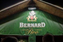 伯纳德Pivo啤酒商标在一家伯纳德商店采取的在贝尔格莱德在晚上 伯纳德啤酒是其中一已知的比利时啤酒 免版税库存照片