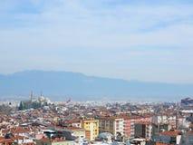 伯萨市看法在土耳其在与埃米尔苏丹Mo的天时间 免版税库存图片