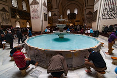 伯萨,土耳其- 2015年1月26日:人们在盛大清真寺土耳其语Ulu Cami ablutioning 免版税库存图片